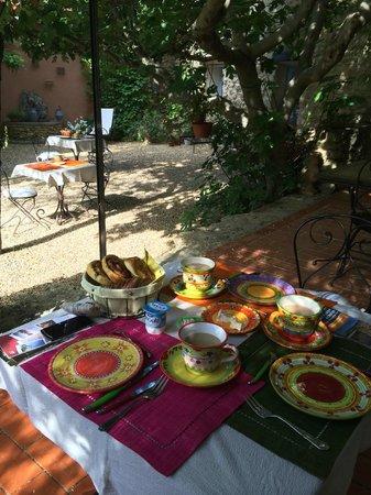 Le Mas de Foncaudette : Breakfast in garden