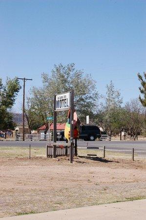 La Loma Inn: Road signage