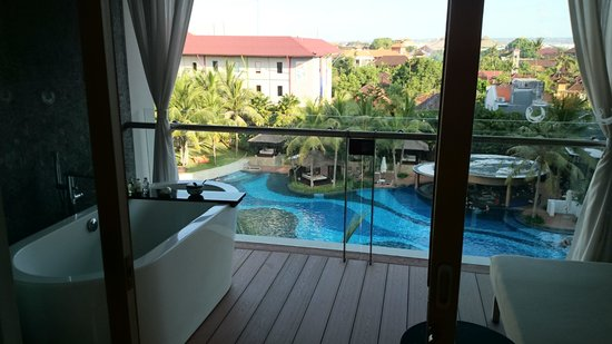 The Stones Hotel - Legian Bali, Autograph Collection: Bath tube di balkon