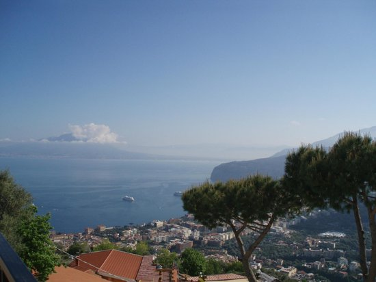 Hotel Villa Fiorita: View of Bay of Naples with Vesuv from the hotel