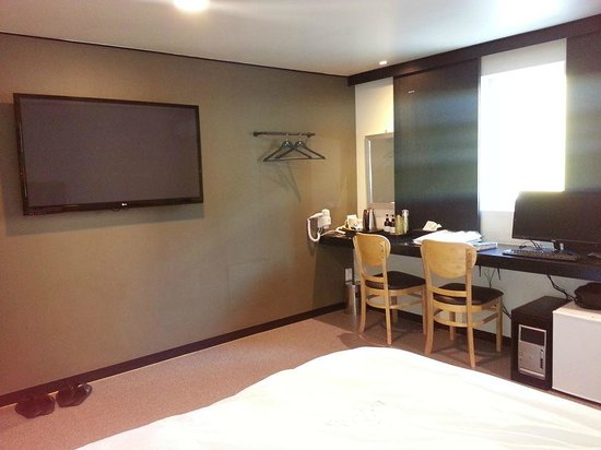 Elysee Motel: dressing table and BIG televisyen
