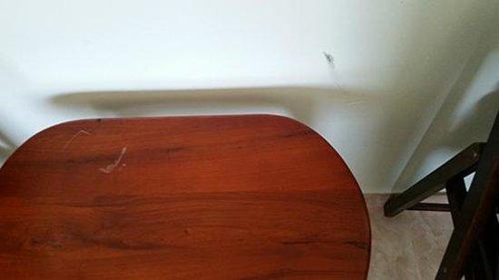 PTK Residence: taches sur les mur et sur les meubles