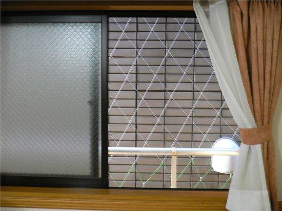 Toyoko Inn Asakusa Kuramae Kaminarimon: окно номера, в который нас переселили в оставшиеся дни
