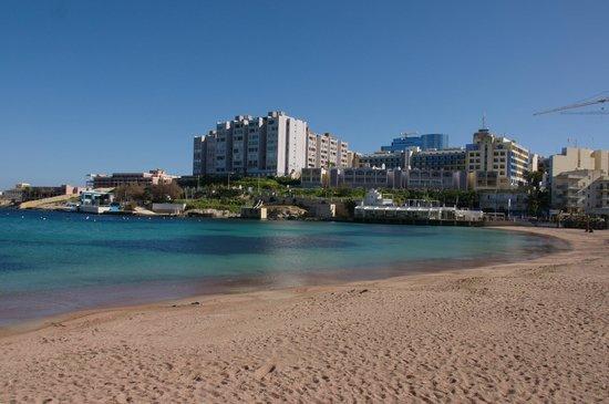 The St. George's Park Hotel: Вид на отель с ближайшего пляжа