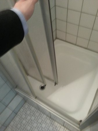 Brunnen Hotel: Only a small gap