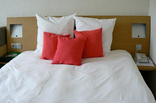Novotel Caen Cote de Nacre: chambre coté du lit très étroit !