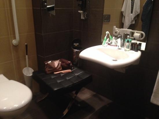 Continental Hotel Budapest: bagno per disabili senza appoggi