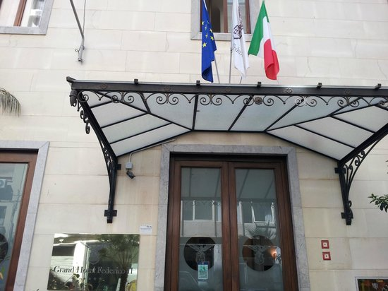 Hotel Federico II - Central Palace: Вход в отель