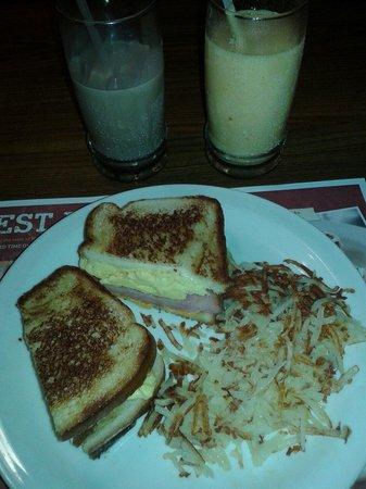 Denny's: Sanduíche e hashbrowns... hummmm!