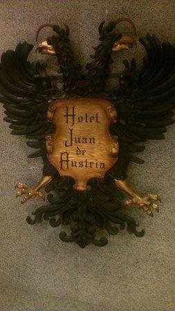 Agora Juan de Austria: Escudo de Carlos V en la puerta de entrada del hotel.