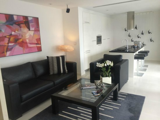BYD Lofts Boutique Hotel & Serviced Apartments: Living Area with Kitchenette