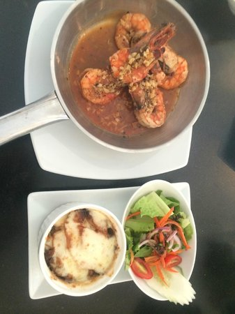BYD Lofts Boutique Hotel & Serviced Apartments: Garlic Prawns served with Gratin Potatoes and Salad