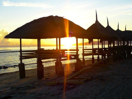 Coral Beach Pizza Cottages : sunrise