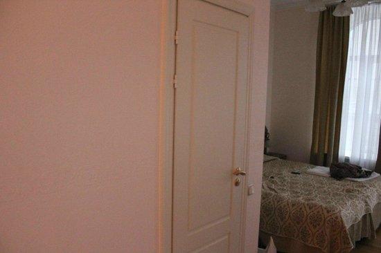 Hotel Nouvelle Europe: Дверь в ванную комнату