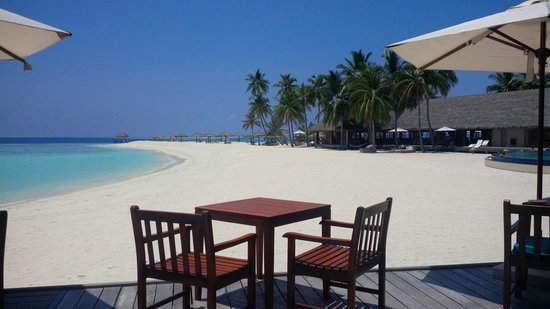 Veligandu Island Resort & Spa: Rush hour at the beach bar!