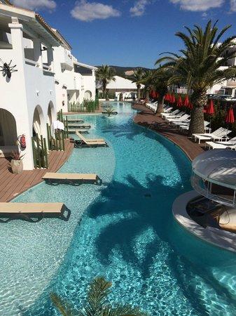 Ushuaia Ibiza Beach Hotel : la piscina sul retro delle camere