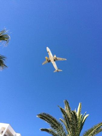 Ushuaia Ibiza Beach Hotel : passaggio di aerei