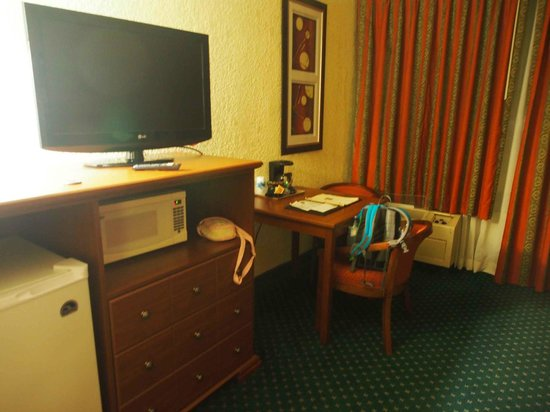 Days Inn & Suites Page Lake Powell : dated room