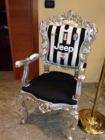 Leini, Italien: La poltrona della Juventus nella hall!