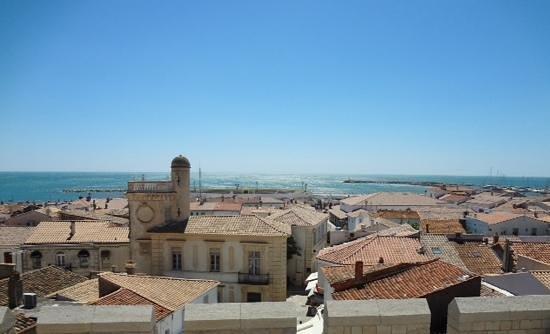 Église des Saintes-Maries : 教会の屋根から見える地中海