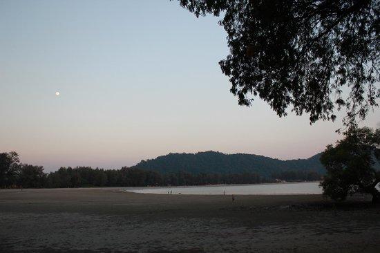 Kaw Kwang Beach Resort: The beach at low tide.