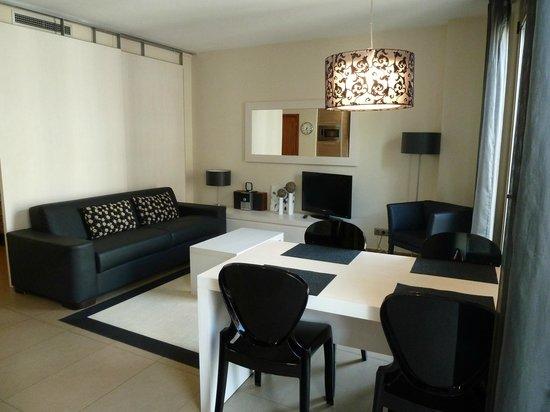 Up Suites Bcn: Dining/lounge/kitchen
