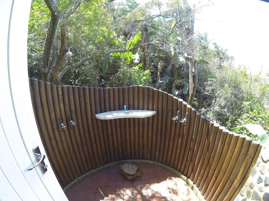 Umngazi River Bungalows & Spa : Cool outdoor shower.