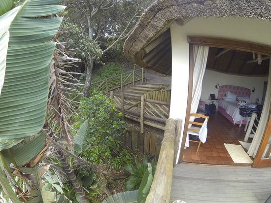 Umngazi River Bungalows & Spa : View of the upper room and the pathway into the room