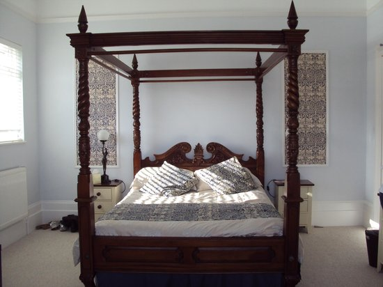 Snowdon House : The four poster in room 6