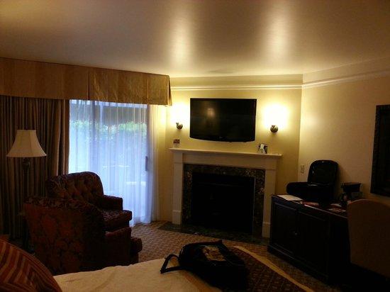 Best Western Plus Victorian Inn : Comfy Seating & TV