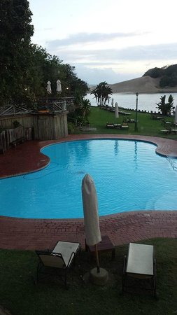 Umngazi River Bungalows & Spa : The pool and river beyond