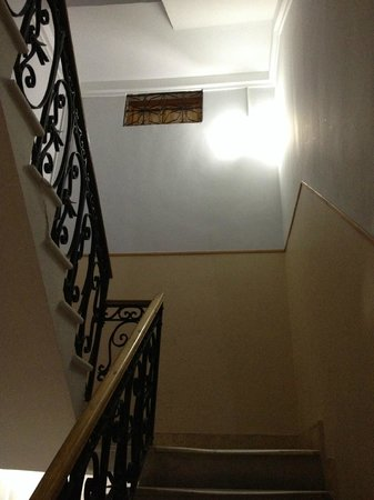 Hostal Plaza Ruiz : то самое окно на подъездную лестницу (вид с лестницы)