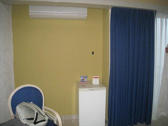 Hotel Los Cocos: clim et petit frigo