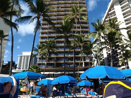 Outrigger Waikiki Beach Resort: nice part of the beach
