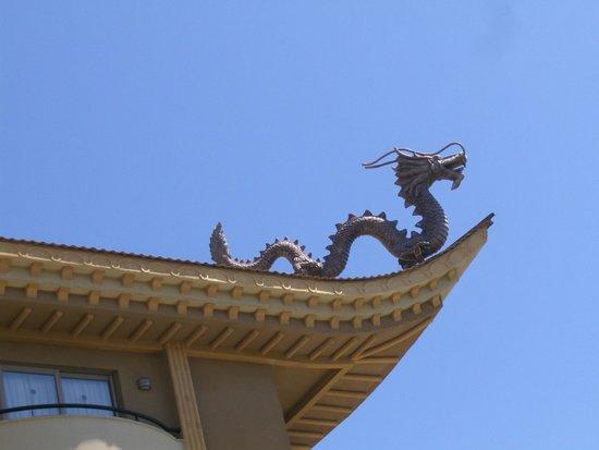 Royal Dragon Hotel: Dragen på taketav Royal Dragon passet på oss.
