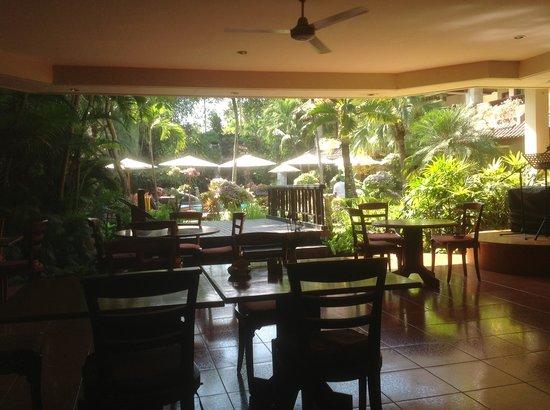 Parigata Villas Resort : Lovely pool and gardens