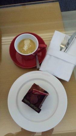 Pan Pacific Singapore: Birthday cake and coffee