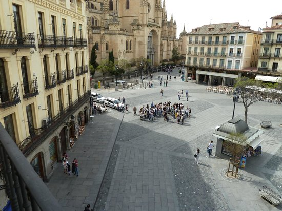 Infanta Isabel Hotel: View of Plaza Mayor from hotel balcony