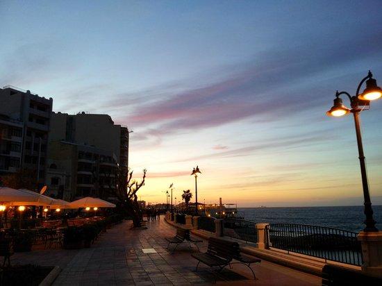 Preluna Hotel & Spa: Вид с набережной