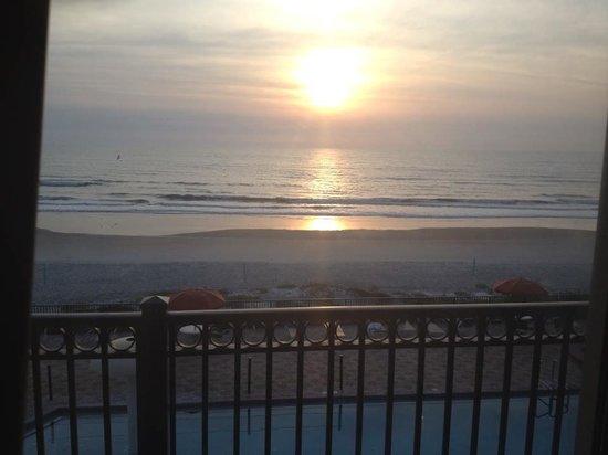 La Quinta Inn & Suites Oceanfront Daytona Beach: Overlooking our balcony