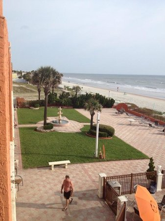 La Quinta Inn & Suites Oceanfront Daytona Beach: Courtyard at hotel