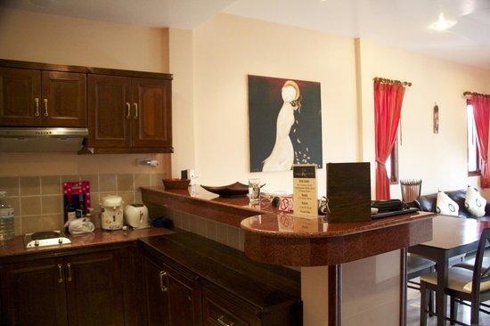 The Pe La Resort: Kitchen/Living area -  C7  (1 bedroom apartment)