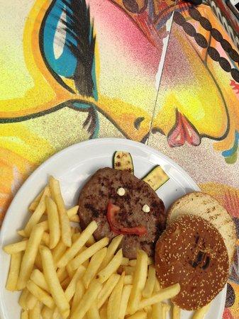 Madai: Hamburger di angus con patatine.. (Grosso hamburger, tante patatine) molto buono..