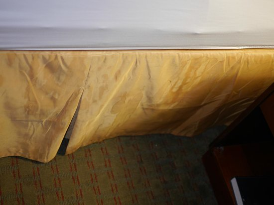 Days Inn Norton VA: stains on bedskirt