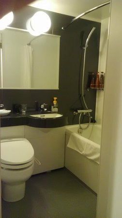 Hotel Mets Kokubunji : 温水便座付トイレ、バスタブ、シャワー