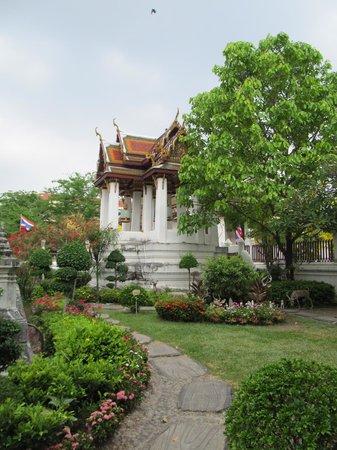 Wat Rakang Kositaram: Very attractive grounds