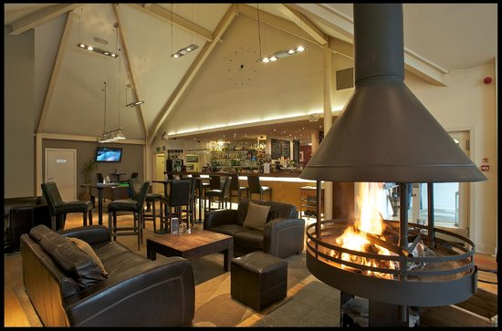 Mains of Taymouth Courtyard Restaurant: Welcoming bar with cosy fire at The Courtyard Bar & Restaurant, Kenmore