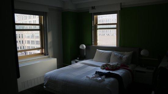 Row NYC Hotel : Vista do quarto com duas janelas.