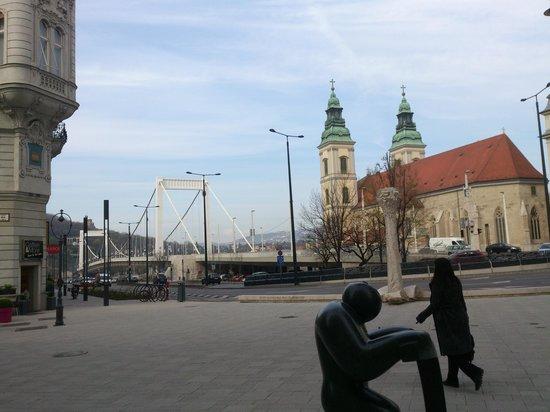 Vaci Street: Budapest - Váci útca - Belvarosi Plebania Templom on the right - Erszébet híd