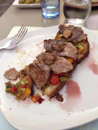 Malak Bistro: Iberico beef sirloin on toast with foie and Port wine sauce